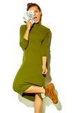 Modelo hermoso elegante en ropa elegante del verano en estudio Imagen de archivo libre de regalías