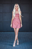 Modelo hermoso en el vestido que camina al aire libre Imagen de archivo