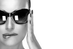 Modelo hermoso en gafas de sol negras de la moda Belleza y maquillaje c fotos de archivo libres de regalías