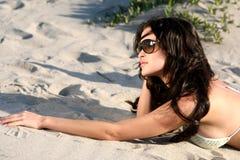 Modelo hermoso en la playa l Imagenes de archivo