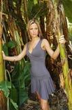 Modelo hermoso en las zonas tropicales Foto de archivo libre de regalías