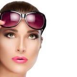 Modelo hermoso en Violet Shades Looking roja para arriba Maquillaje brillante a fotos de archivo libres de regalías