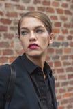 Modelo hermoso fuera de los desfiles de moda de Trussardi que construyen para la semana 2014 de la moda de Milan Women Imágenes de archivo libres de regalías