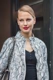 Modelo hermoso fuera de los desfiles de moda de Trussardi que construyen para la semana 2014 de la moda de Milan Women Fotos de archivo