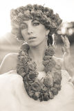 Modelo hermoso joven con la corona color de rosa Fotos de archivo