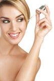 Modelo hermoso que aplica un tratamiento del suero de la piel Fotos de archivo