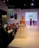Modelo hermoso que presenta la prolongación del andén en la etapa que muestra casarse y los vestidos nupciales fotos de archivo libres de regalías
