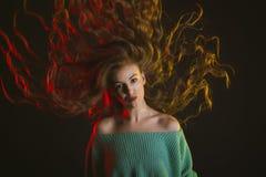 Modelo impressionante com cabelo encaracolado no movimento imagem de stock