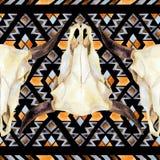 Modelo inconsútil étnico geométrico con el cráneo de la vaca ilustración del vector