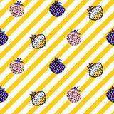 Modelo inconsútil amarillo del vector de la fresa y de las rayas libre illustration