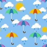 Modelo inconsútil brillante con los paraguas en la lluvia Imágenes de archivo libres de regalías