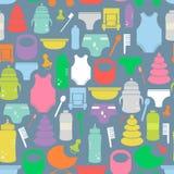 Modelo inconsútil colorido con las mercancías del bebé de la historieta Textura linda con diversos artículos del bebé Foto de archivo