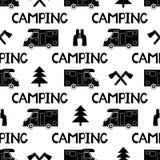Modelo inconsútil con el coche, el hacha, el abeto y acampar negros de las palabras Imágenes de archivo libres de regalías