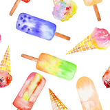 Modelo inconsútil con el cono de helado, polo congelado del jugo, mano dibujada en una acuarela en un fondo blanco Imagen de archivo libre de regalías
