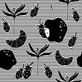 Modelo inconsútil con el cruasán, las fresas, la flor y las manzanas imagenes de archivo
