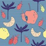 Modelo inconsútil con el cruasán, las fresas, la flor y las manzanas foto de archivo libre de regalías