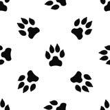 Modelo inconsútil con la pista del perro negro aislada en el fondo blanco Imagen de archivo