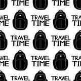 Modelo inconsútil con las mochilas del negro y el tiempo de viaje de las frases encendido Fotos de archivo libres de regalías