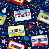 Modelo inconsútil con las notas de la música y el cassette viejo Imagen de archivo libre de regalías