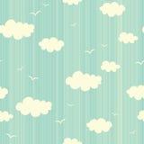 Modelo inconsútil con las nubes y los pájaros Foto de archivo