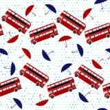 Modelo inconsútil con los autobuses de dos plantas y los paraguas debajo del th libre illustration