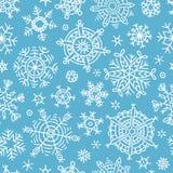 Modelo inconsútil con los copos de nieve dibujados mano stock de ilustración