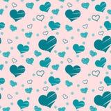 Modelo inconsútil con los corazones azules puestos aleatoriamente en fondo rosado Llenado de los movimientos del cepillo y solame Imagenes de archivo