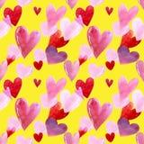 Modelo inconsútil con los corazones en el ejemplo amarillo de la acuarela del fondo Rose roja libre illustration