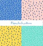 Modelo inconsútil con los diversos pájaros de vuelo en un azul, amarillo, pi Imagen de archivo