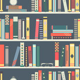 Modelo inconsútil con los libros en los estantes en estilo plano del diseño Foto de archivo