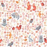 Modelo inconsútil con los pájaros, los búhos, la ardilla, el mapache, las flores y las hojas en un fondo blanco Foto de archivo libre de regalías
