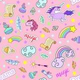 Modelo inconsútil con unicornios, el arco iris, las estrellas, las nubes y otros elementos mágicos Etiquetas engomadas del fondo  ilustración del vector