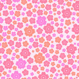 Modelo inconsútil de flores rosadas y anaranjadas lindas en fondo rosado Foto de archivo