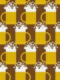 Modelo inconsútil de la cerveza Fondo de la taza de cerveza Taza con espuma Fotos de archivo