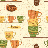 Modelo inconsútil de la cocina con la mano que dibuja las tazas coloreadas lindas en el estante Imagen de archivo libre de regalías