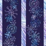 Modelo inconsútil de la Navidad con los copos de nieve en fondo azul marino y las rayas coloreadas con los lápices del color libre illustration