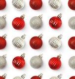 Modelo inconsútil de la Navidad con rojo y bolas de la plata Fotografía de archivo