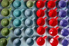 Modelo inconsútil de la visión superior de tazas coloridas Fondo colorido imágenes de archivo libres de regalías