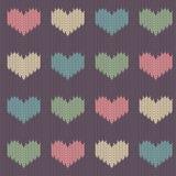 Modelo inconsútil de lana hecho punto con los corazones coloreados en un fondo de la púrpura del vintage ilustración del vector