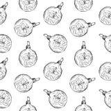 Modelo inconsútil de las bolas y de los juguetes dibujados mano del vintage Elementos del diseño de la Navidad y del Año Nuevo Imagen de archivo libre de regalías
