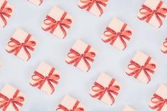 Modelo inconsútil de las cajas del arte con los arcos rojos de la cinta valentine fotos de archivo libres de regalías
