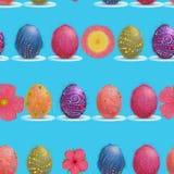Modelo inconsútil de las flores del huevo y de la primavera de Pascua en fondo del cielo azul stock de ilustración