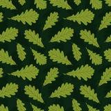 Modelo inconsútil de las siluetas de la hoja del roble del otoño en fondo verde oscuro libre illustration