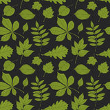 Modelo inconsútil de las siluetas de las hojas en fondo verde oscuro stock de ilustración