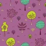 Modelo inconsútil de los árboles forestales Dé el fondo exhausto con las plantas, la hierba y los arbustos en estilo del garabato Imagen de archivo
