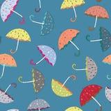 Modelo inconsútil de los paraguas coloridos Ejemplo del vector en fondo azul Imagen de archivo libre de regalías