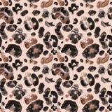 Modelo inconsútil de moda de la piel animal del leopardo en fondo beige Impresión animal salvaje de la capa con los puntos marron ilustración del vector