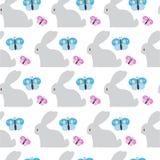 Modelo inconsútil de Pascua con el fondo del blanco de Bunny And Butterfly Ornament On Fotografía de archivo libre de regalías