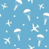 Modelo inconsútil del aeroplano de la historieta, fondo del vector con los paracaidistas Foto de archivo libre de regalías