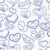 Modelo inconsútil del día de tarjetas del día de San Valentín con los corazones de la tinta azul en un papel de la libreta Fotografía de archivo libre de regalías